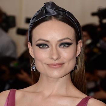 Coiffure Headband satin avec nœud, Olivia Wilde